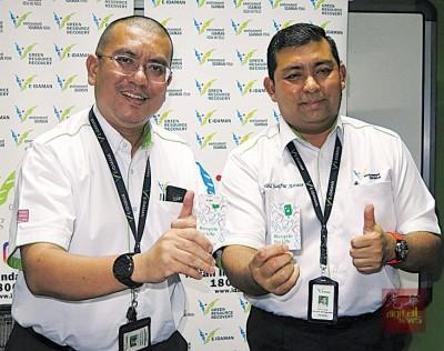 莫哈不赛夫(右)跟阿兹米推介智能储值卡。