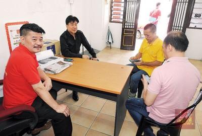 黄家业记者会上,邀请了郑雨周与张威如出席,右1为邢先生。