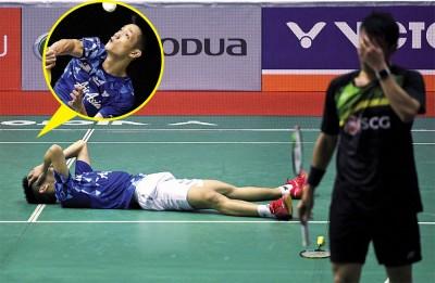 刘国伦在打败苏班尤(右)、拿下大马大师赛4强资格后,不禁激动得掩面躺地。