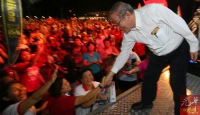 林吉祥康复重出江湖,出场后与民众握手。