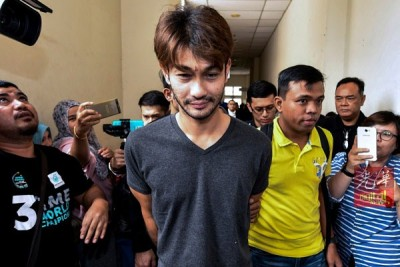 法立卡米(中)周二上午被带到法庭面控。