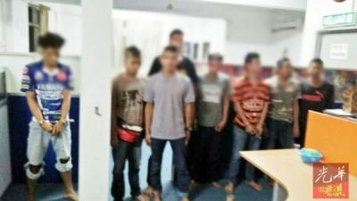 反毒机构执法人员在突击行动中逮捕涉及吸毒者。