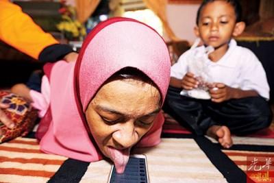 努莎玛娃娣于是舌头玩手机,浏览社交媒体。