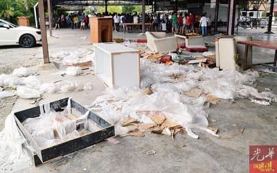 怡然亭沦为垃圾场,居民将大型家具随意丢弃在公众场所。