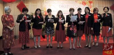 槟女商会会长拿督甄安妮(右5)率领执委宣誓就职,左为监誓人章瑛。