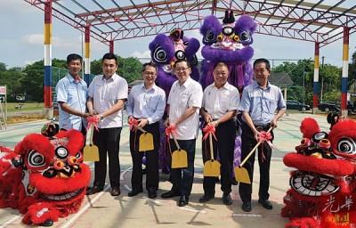 林冠英(右3)为篮球场加盖主持动土仪式,陈忠和(左起)、方美铼、刘子健、林峰成及陈建宝陪同。