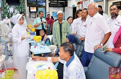 玛春秋尔卡立巡视空间狭窄拥挤的吉北瓜拉尼浪医院的洗肾中心。