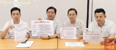 邓章耀(左2)与胡栋强(左)、卢界燊(右起)及李文典,展示文件及资料对林冠英提出疑问。