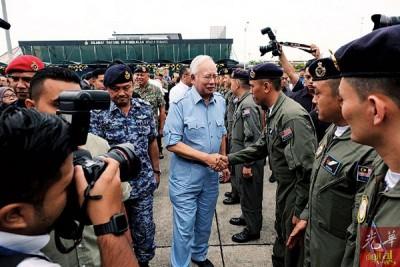 纳吉亲到大马皇家空军梳邦基地为罗兴亚人道援助团打气。