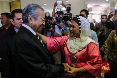阿妮娜沙杜丁曾力挺马哈迪,跟随退出巫统创立土团党,在被革除党籍后倒戈相向,吁请选民不要投选马哈迪。(档案照)