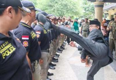 印尼市长阿布杜踢向警察。
