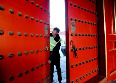 做事人员关闭故宫的大门。