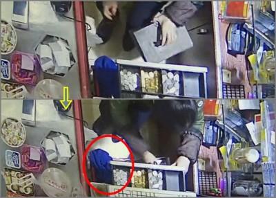 肖妇打开收银机后,以加大钱的铁箱藏到凡间,再次将塞到手袋(红圈示)。