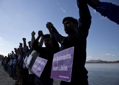 染事件已引发印度大学生顶河流旁边抗议。