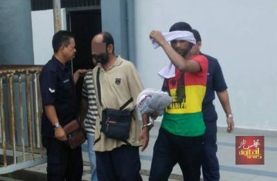 强奸及性侵两名继女的被告(左2)被控上双溪大年第二地方法庭。