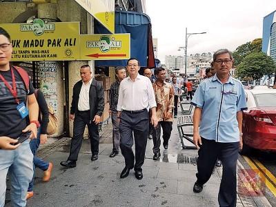 """槟首长林冠英不但没被捉,还心情轻松在同僚陪同下,现身新街,步行到著名茶档""""多春""""。"""