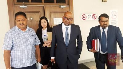 被告柏兰阿南在闻讯后,与4名代表律师离开法庭。