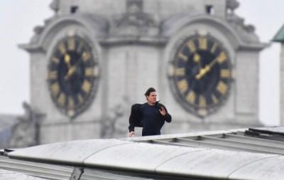 阿汤哥在伦敦地铁黑衣修士车站屋顶冲刺。