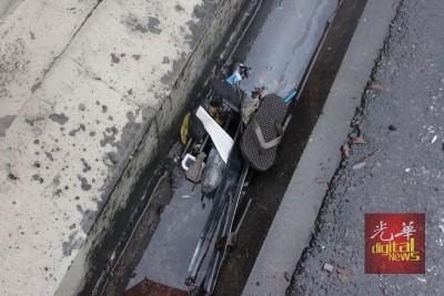 双溪里蒙高架天桥异常淹水的主因是垃圾堵住排水口,包括拖鞋、水瓶、轿车硬体零件等。