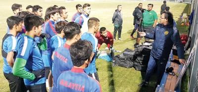 国足U23队球员在训练时专心聆听主帅王金瑞(右)指导。