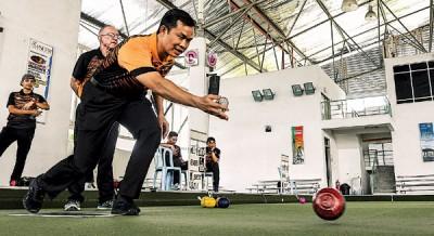 大马共运会代表团团长黄殷豪探营草地保龄球国家队,一代起于现场露一发他的草坪保龄球技术。