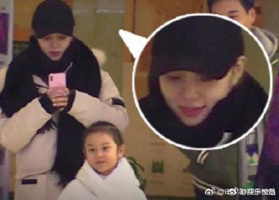李小璐自从不伦风波后首度现身,拿手机猛拍女儿甜馨。