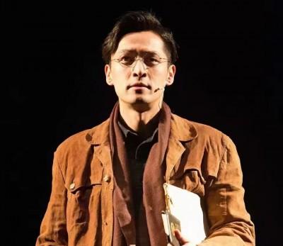 胡歌最近演出舞台剧《如梦之梦》。