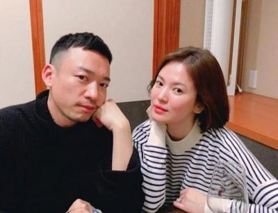 宋慧乔双颊微红,疑似喝了点酒。