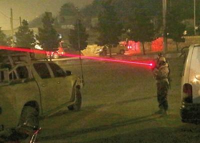 军人瞄准可疑目标。
