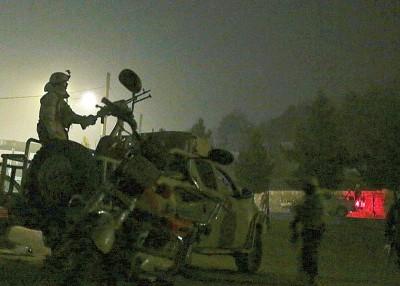 军方在黑夜中走。