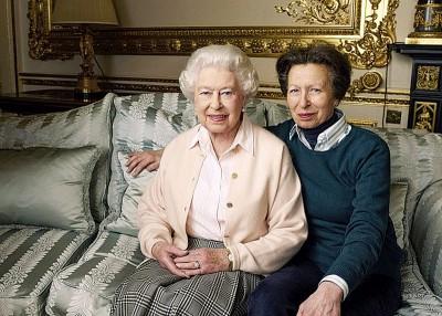 英女王伊丽莎白二世和安妮公主对莎拉有喜一行好高兴。