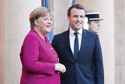 马克宏(右)对面临组阁危机的默克尔(左)表达支持。(法新社照片)