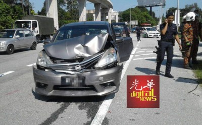 轿车与押款车相撞后毁损。