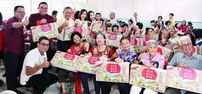 """嘉宾们送""""权威礼盒""""让全场的阿公阿嬤,前排左1也林瑞木,后排左起呢李团才、王浩源以及陈亚才。"""