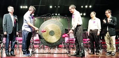 郑奕南之象征郑克林 (左2)以及李世义(左3)每当林钿洝 (左起)、陈暹逢以及沈安定之证人下开展鸣锣仪式。
