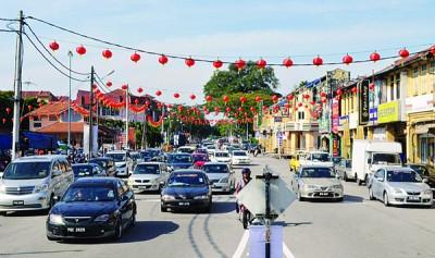 逾千粒大红灯笼高高挂,居林大街顿时感染新年气氛。