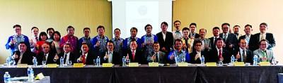(左4起)黄炳火、刘子健、章计平、林永昌及李鸿隆在马来西亚台湾商会联合总会第14届第2次全国理事会后与参与者合照。