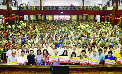 黄赐兴、刘子健、同多阁务顾问和经纪事,以及富有受惠团体代表同长者们合照留念。