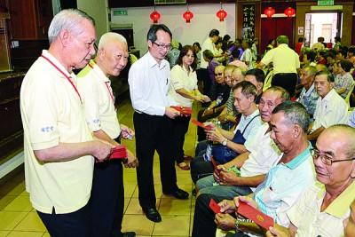 左起阁务顾问拿督许春畴、黄赐兴和刘子健,派发红包予到场长者。