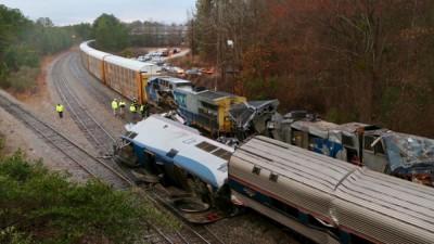 两列火车相撞后严重损毁。