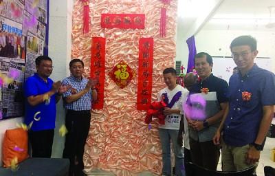 邓章耀(左2)及卢界燊(左3)在方志伟(左起)、杨锦成、黄志毅的陪同下,为玻璃池滑工作室主持推介礼。
