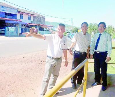 许汉宏聆听许初俊校长(右)同王嘉顺(左)提出的理念。