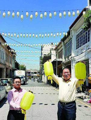 """黄伟益(右)问媒体,""""这是黄色还是白色""""?左为王宇航。"""