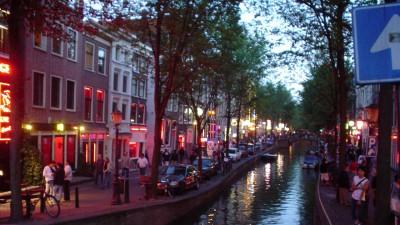 阿姆斯特丹红灯区因位于市中心再加上高知名度,近年来人满为患。