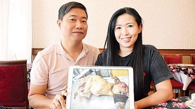 槟城浪浪之家创办人林湘拍(右)同义工杜世勤。