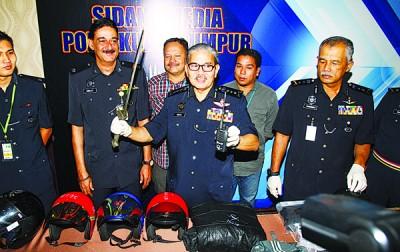 玛兹兰(中)向记者展示警方起获的干案工具。