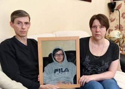 邓恩家人拿起儿子照片依依不舍。
