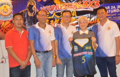 会长黄伟雄(右1)表示少年体育会给纪念球衣予章瑛(右2),由于梁森源(左3)、钟清才(左2)同梁浩辉(左1)陪伴。
