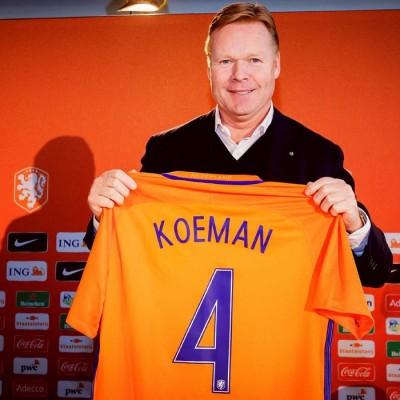 科曼在签约仪式结束后手持荷兰足协赠送他的纪念球衣留影。