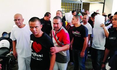 警方将30名被告押送到法庭。
